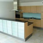 Küchenfront und Küchenrückwand aus Glas