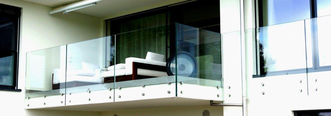 Balkonverglasung und Geländer aus Glas